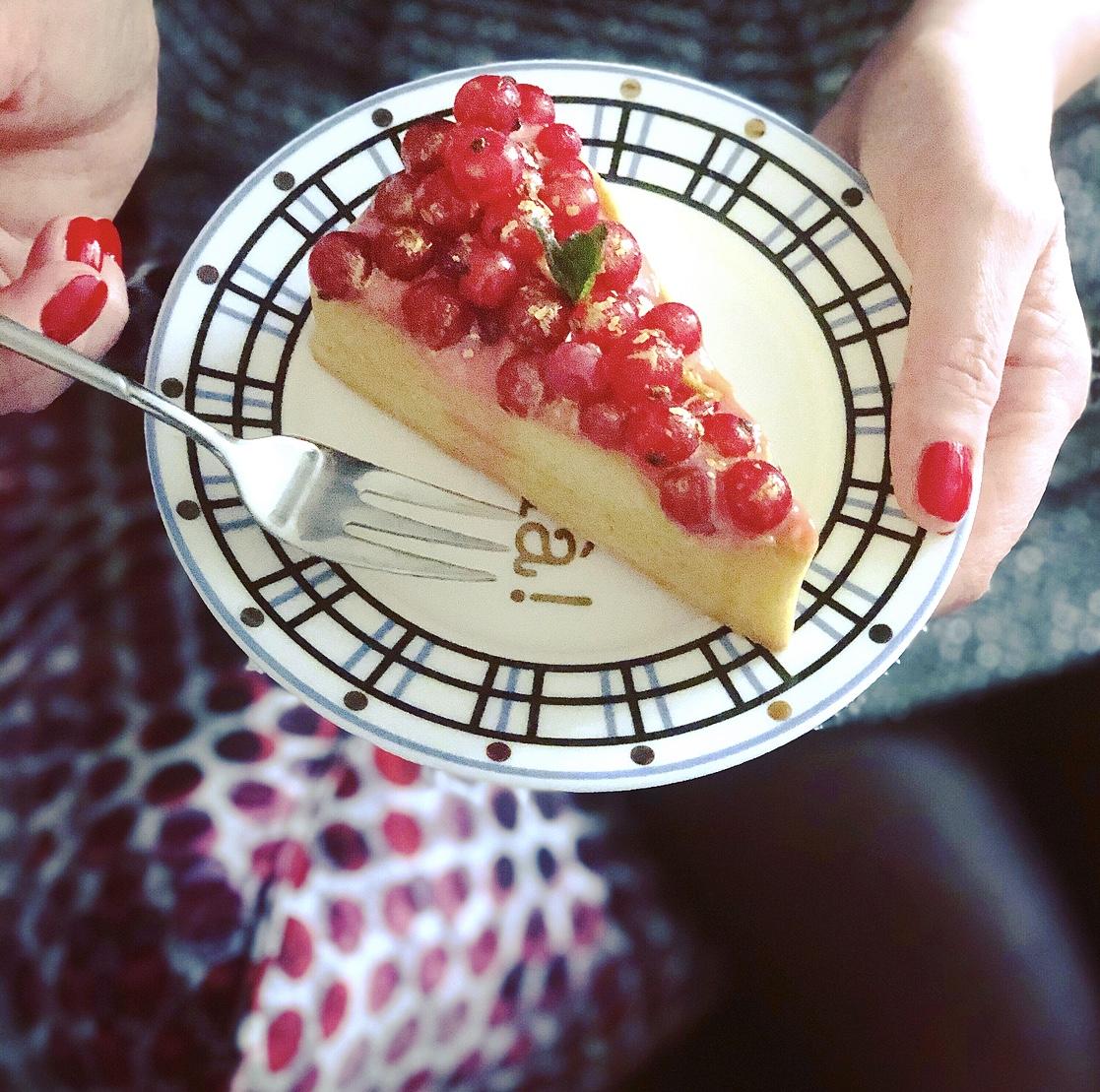 crostata con ribes e crema pasticcera colorata